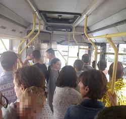 Nhiều gia đình vẫn còn hoảng loạn và sợ hãi dù đã được chính phủ Italy đưa lên xe bus để đưa xuống cầu an toàn. Ảnh: Facebook.