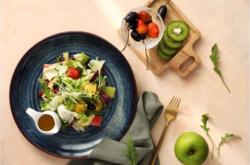 Món Salad Ngon Garden với các loại hoa quả tươi như táo, dâu tây, olive, cam... cùng rau xà lách, rau mầm... trộn đều với nước sốt đặc biệt. Món ăn giúp thực khách khi thưởng thức cảm nhận được vị tươi ngon, giòn của các loại quả và thanh mát từ các loại rau. Đây là món ăn rất được thực khách yêu thích tại Ngon Garden.