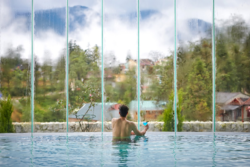 Thư giãn tại Bể bơi nước nóng tràn bờ và ngắm nhìn dãy Hoàng Liên Sơn hùng vĩ