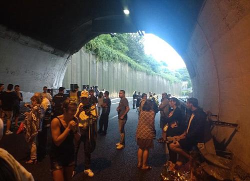 Nhiều người cũng chạy từ trên cầu xuống tầng hầm trú ẩn sau khi cầu sập. Ảnh: Facebook.