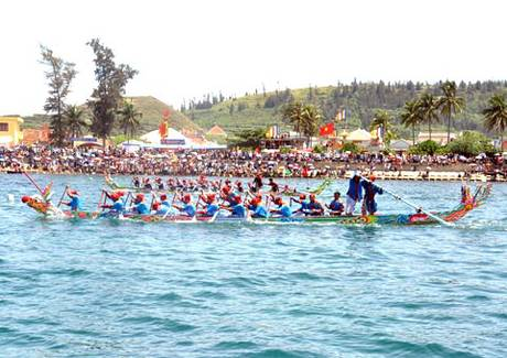 Kết thúc Lễ khao lề thế lính Hoàng Sa sáng nay là lễ đua thuyền tứ linh: Long, Lân, Quy, Phụng tri ân Hải đội Hoàng Sa trong tiếng reo hò cổ vũ của hàng nghìn du khách cùng người dân địa phương.