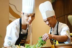 Nguyễn Duy Ngàn (bên trái) là thành viên của đội đến từ Đà Nẵng. Chàng trai 24 tuổi cảm thấy rất vui khicó mặt ở vòng chung kết. Mình đã học hỏi được thêm nhiều kinh nghiệm và cảm thấy xứng đáng với những gì đã qua, Ngàn chia sẻ. Ảnh: Di Vỹ.