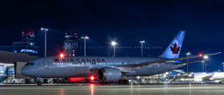 Máy bay đỗ trong sân bay qua đêm. Ảnh: 360 Photography.