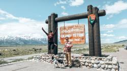 Vợ chồng Jenna và Ryan chụp ảnh cùng con gái Evelyn và chú chó Bleu tại Wyoming. Ảnh:Jenna and Ryan Woods.