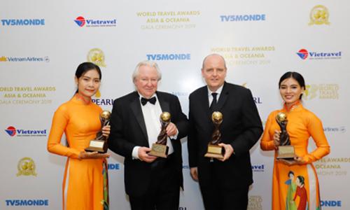 Đại diện  InterContinental Phu Quoc Long Beach Resort (thứ 2 từ trái sang) nhận 4 giải thưởng quan trọng tại World Travel Awards 2019 diễn ra ở Phú Quốc.