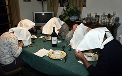 Khách ăn chim họa mi tại bữa tiệc tối riêng tư sau khi món ăn này bị cấm trong các nhà hàng. Ảnh: MAXPP/Richard Cottenier.
