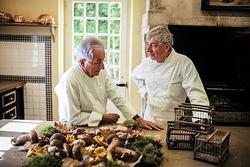 Michel Guérard và Jean Coussan là một trong số ít những đầu bếp đang cố gắng đưa chim họa mi trở lại thực đơn nhà hàng Pháp. Ảnh: Nytimes/Ulrich Lebeuf.
