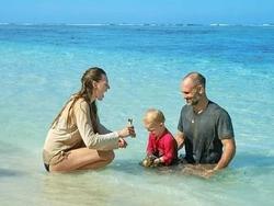 Laura (trái) và Ed (phải) đã có khoảng thời gian vui vẻ cùng con trai, rời xa nhịp sống hiện đại, xô bồ. Ảnh: Discovery.