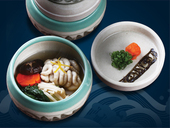 Shirako bổ dưỡng khi chưng cùng nấm đông cô, nấm kim châm, cà rốt và cải bó xôi.