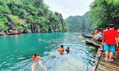 Du lịch Philippines, người Việt khám phá hồ nước Kayangan trong veo, không một cọng rác - ảnh 4