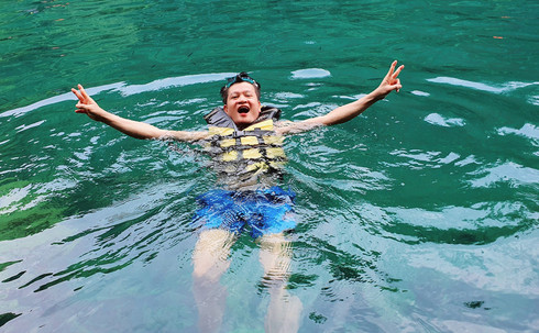 Du lịch Philippines, người Việt khám phá hồ nước Kayangan trong veo, không một cọng rác - ảnh 5