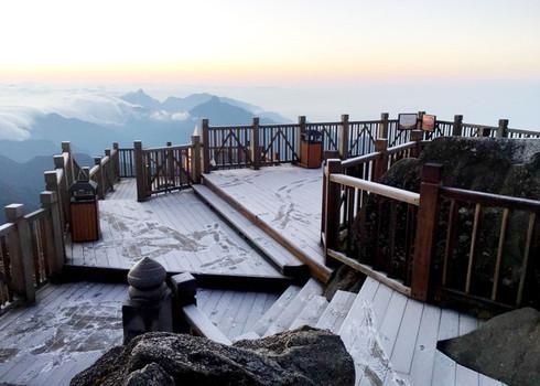 Đỉnh Fansipan âm 1 độ, băng tuyết bất ngờ xuất hiện khiến nhiều du khách thích thú3