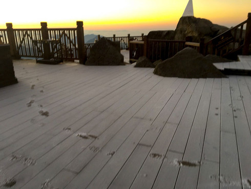 Đỉnh Fansipan âm 1 độ, băng tuyết bất ngờ xuất hiện khiến nhiều du khách thích thú5