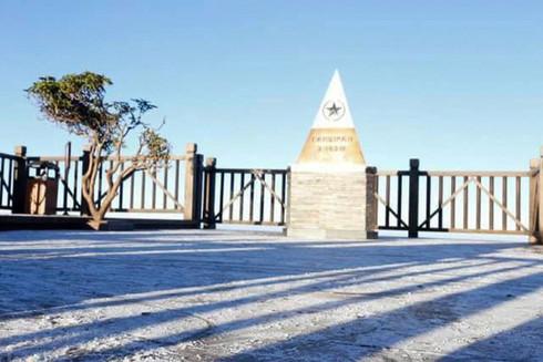 Đỉnh Fansipan âm 1 độ, băng tuyết bất ngờ xuất hiện khiến nhiều du khách thích thú8
