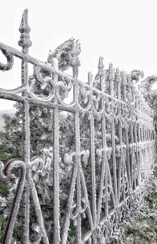 Đỉnh Fansipan lạnh âm 1 độ, băng bất ngờ xuất hiện khiến nhiều du khách thích thú