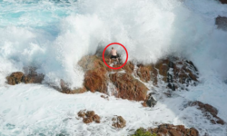 Khách nam biến mất trong sóng dữ/Khách nam bị cuốn trôi 1 km ra biển