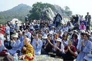 Đoàn Phật tử tham dự lễ cầu an tại núi Linh Thứu - là nơi Đức Phật giảng những bài kinh. Ảnh: Vietravel.