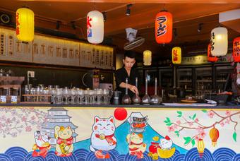 Nếu muốn thêm trải nghiệm thú vị, bạn có thể ghé thử quán cà phê kiểu Nhật trên đường Hoa Mai (quận Phú Nhuận). Quán nổi bật với sắc đỏ chủ đạo và được trang trí bằng các hình ảnh tượng trưng ở đất nước mặt trời mọc. Điểm nhấn của quán là cho khách tự chọn cà phê từkhâu chọn hạt đến cách pha. Nhân viên sẽ chuẩn bị các vật dụng và hướng dẫn bạn cách pha cà phê bằng bình syphon, một phương pháp pha chế nổi tiếng thế giới giúp cà phê giữ đậm vị. Đồ uống trong quán có giá khoảng 30.000 - 40.000 đồng, khách tự pha sẽ phụ thu 15.000 đồng. Ảnh: Quỳnh Trần