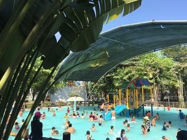 Hồ bơi thiếu nhi là nơi thích hợp để các em nhỏ thoải mái thư giãn, tận hưởng những trò chơi dưới nước thú vị dịp lễ, Tết, cuối tuần dưới sự giám sát của bố mẹ. Ngoài ra luôn có nhân viên cứu hộ túc trực, đảm bảo an toàn cho các bé và du khách.