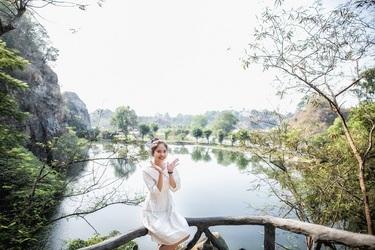 Bên cạnh đó, hàng loạt công trình, tiểu cảnh, hệ thống cây xanh... được bố trí men theo bờ hồ rộng giúp cảnh quan khu du lịch đa dạng. Khu Trường Thành dài hơn hơn 400 mchạy dọc theo bờ hồ Long Ẩn. Núi Thần tài với hệ thống thác nước và cây xanh đa dạng, Tượng Phật Quan âm dát vàng cao 19 m... là những điểm nhấn không nên bỏ qua khi ghé thăm khu du lịch này.