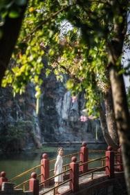 Đến Bửu Long, cụm hồ Long Ẩn với những ngọn núi đá cao sừng sững và nhiều mỏm đá nhỏ nhấp nhô trên mặt hồ là nơi thu hút nhiều bạn trẻ chụp hình check-in. Khung cảnh núi đá cùng hồ nước tạo nên bức tranh thiên nhiên tươi mát.