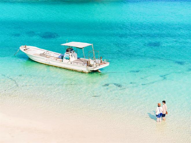 Một cặp đôi đang chờ thuyền của họ đến Ishigaki-jima