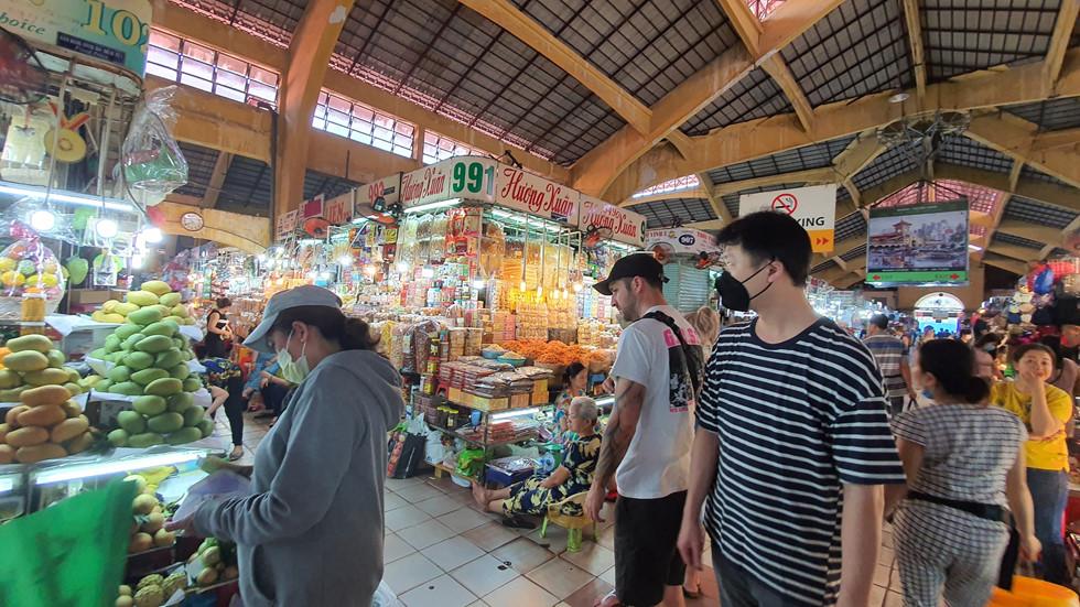 Dịch Covid-19, chợ Bến Thành vắng ngắt du khách, tiểu thương than ế ẩm! - ảnh 3