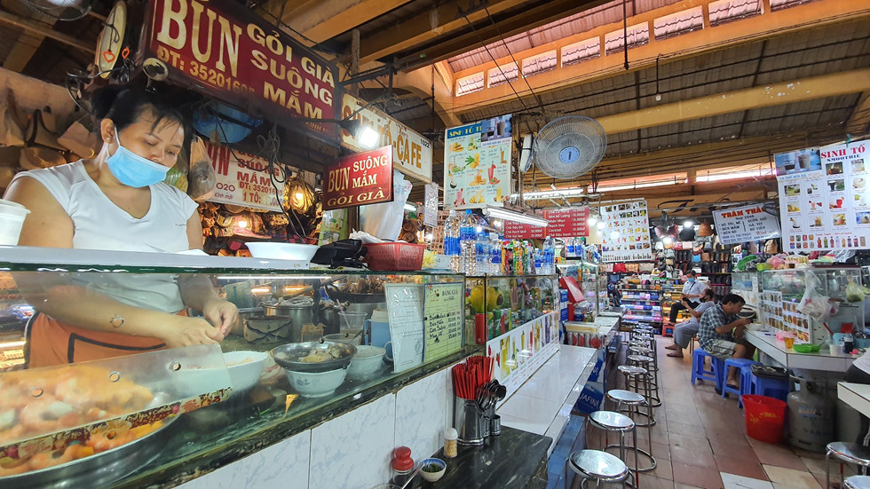 Dịch Covid-19, chợ Bến Thành vắng ngắt du khách, tiểu thương than ế ẩm! - ảnh 4
