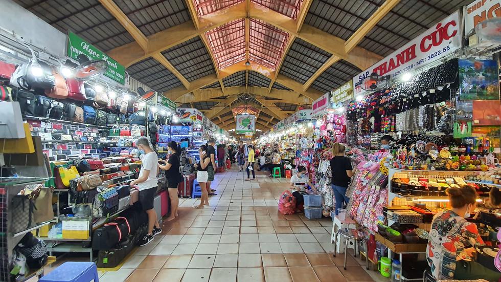 Dịch Covid-19, chợ Bến Thành vắng ngắt du khách, tiểu thương than ế ẩm! - ảnh 7