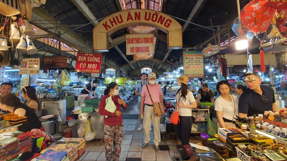 Dịch Covid-19, chợ Bến Thành vắng ngắt du khách, tiểu thương than ế ẩm! - ảnh 9