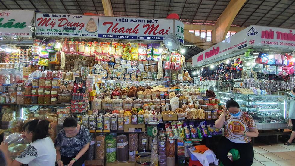 Dịch Covid-19, chợ Bến Thành vắng ngắt du khách, tiểu thương than ế ẩm! - ảnh 2