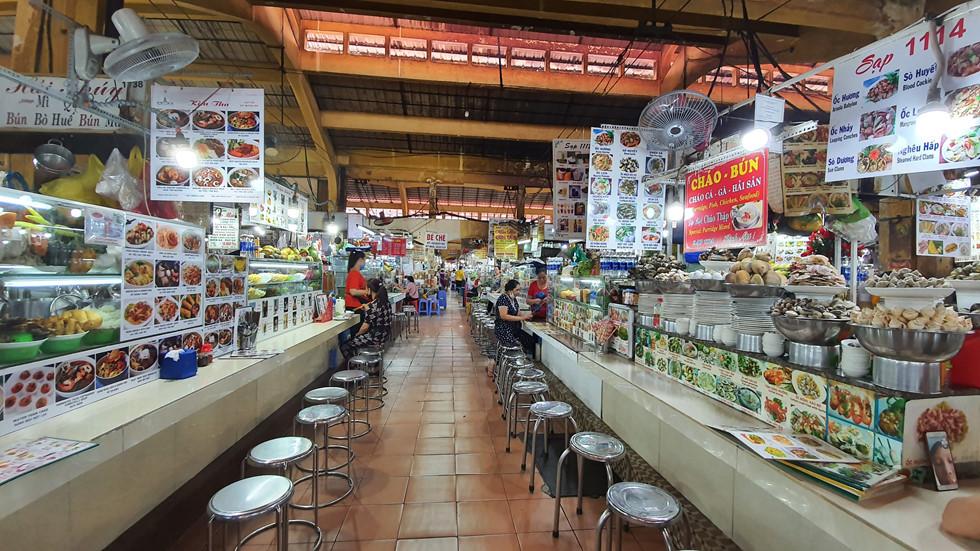 Cảnh vắng lặng chưa từng có tại chợ Bến Thành những ngày trong mùa dịch Corona /// Ảnh: Vũ Phượng