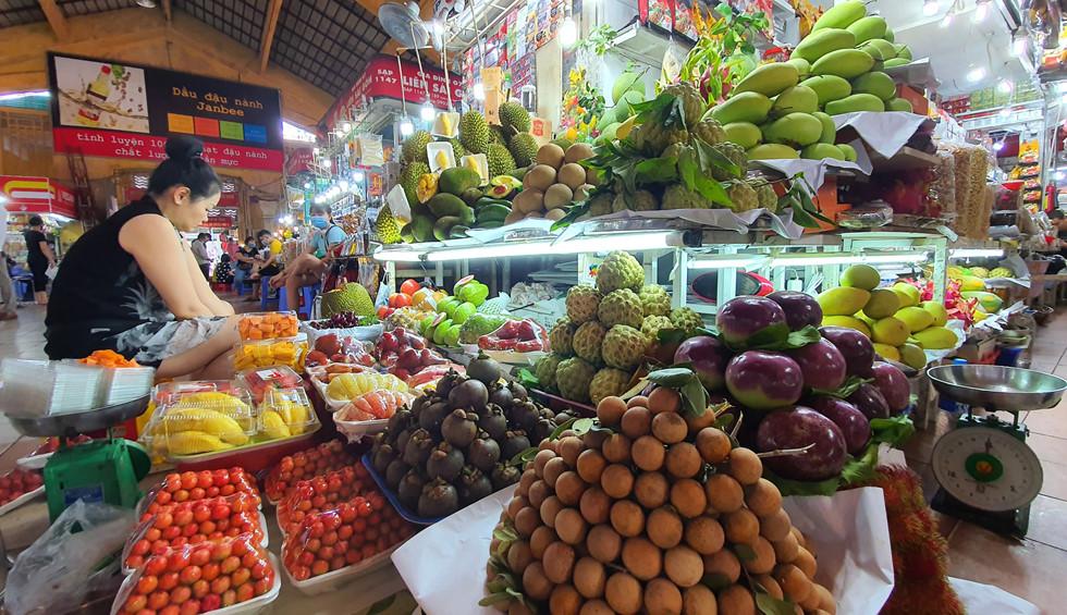 Dịch Covid-19, chợ Bến Thành vắng ngắt du khách, tiểu thương than ế ẩm! - ảnh 11