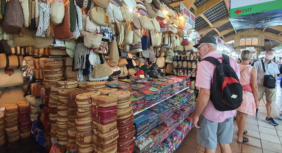 Dịch Covid-19, chợ Bến Thành vắng ngắt du khách, tiểu thương than ế ẩm! - ảnh 12