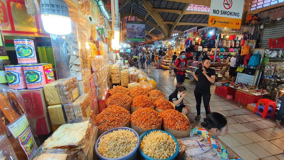 Dịch Covid-19, chợ Bến Thành vắng ngắt du khách, tiểu thương than ế ẩm! - ảnh 10