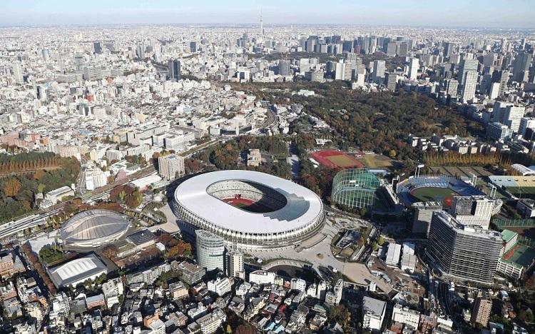 Sân vận động quốc gia mới của Tokyo được khánh thành vào tháng 12/2019 sau 3 năm thi công, với tổng chi phí xây dựng khoảng 1,4 tỷ USD. Sân vận động này sẽ là nơi  tổ chức lễ khai mạc và bế mạc cho Olympic và Paralympic 2020. Ngoài ra, nó cũng sẽ được sử dụng cho các trận đấu bóng đá và các cuộc thi điền kinh khác. Ảnh: Japan Foward.