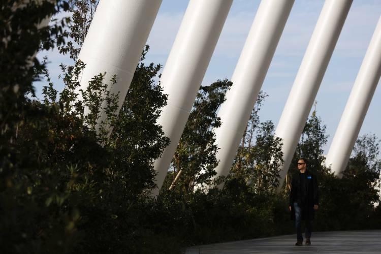Trên tầng 5 của công trình còn có một lối đi bộ ngoài trời mang tên Grove of the Sky (nghĩa là Khu rừng trên không) với những chiếc ghế dài, các khóm hoa và cây xanh trên độ cao khoảng 30 m, trải dài 850 m bao quanh sân. Khu vực này sẽ mở cửa cho công chúng tham quan vào những ngày không có cuộc thi hoặc sự kiện. Từ đây, mọi người có thể phóng tầm mắt để ngắm nhìn khung cảnh thành phố, thậm chí là núi Phú Sĩ nếu thời tiết đẹp.