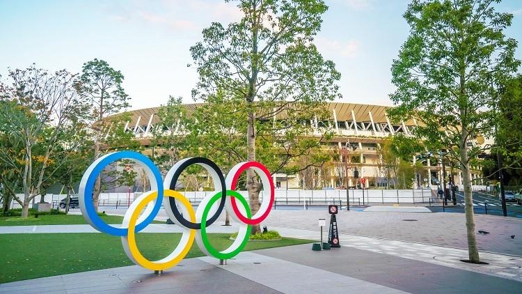 Được xây dựng trên nền của sân vận động quốc gia cũ tại từng được sử dụng cho Omlympic Tokyo 1964, sân vận động mới có 5 tầng nổi và 2 tầng ngầm, với hàng loạt cây xanh xung quanh. Đây là công trình do kiến trúc sư Kengo Kuma thiết kế, người vốn nổi tiếng về tài kết hợp vật liệu tự nhiên trong các công trình của mình. Chia sẻ với CNN, kiến trúc sư Kengo Kuma cho biết sân vận động được lấy cảm hứng từ kiến trúc những ngôi đền thời Edo của Nhật Bản và thiên nhiên. Thế vận hội Olympic luôn trở thành biểu tượng cho thời đại, vì vậy với Olympic 2020, chúng tôi mong muốn tạo ra một công trình thể hiện được suy nghĩ của con người về môi trường và trái đất. Vì vậy, chúng tôi nghĩ rằng vật liệu tốt nhất trong thời đại này sẽ là gỗ, ông Kuma nói. Ảnh: Time Out.