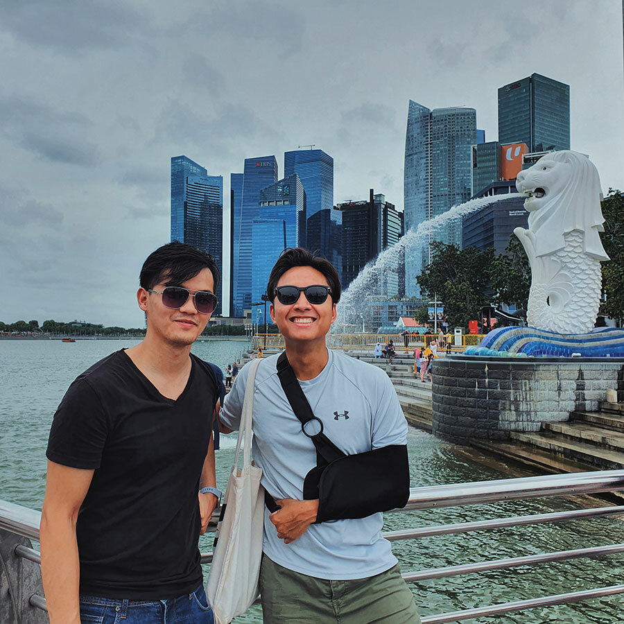 Tú (bên phải) trong những ngày du lịch ở Singapore. Hiện tại, anh không đi ra ngoài nhiều mà chỉ ở trong phòng tại Singapore để tìm hiểu tin tức, tình hinh dịch bệnh. Ảnh: NVCC.