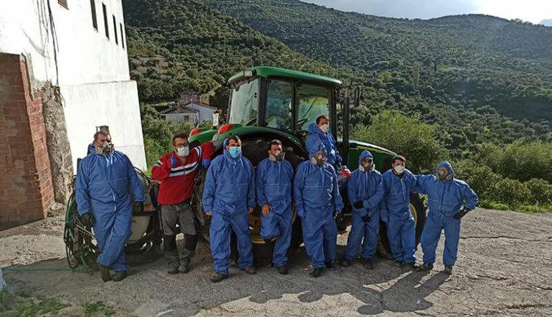 Nhóm những người tình nguyện và công nhân địa phương hàng ngày làm sạch đường phố và phun thuốc khử trùng tại thị trấn. Ảnh: CNN.
