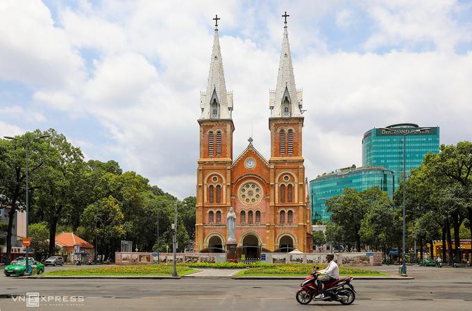 Covid-19 khiến lượng khách quốc tế vào Việt Nam trong tháng 3 và cả quý I/2020 giảm sâu nhất trong vòng 10 năm gần đây. Trong ảnh, đường phố TP HCM và điểm tham quan vắng vẻ ngày 31/3. Ảnh: Quỳnh Trần.