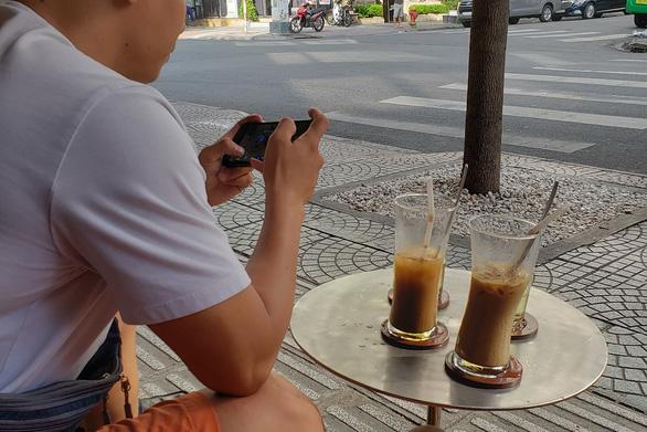 Đến Sài Gòn đừng quên uống cà phê sữa đá nhé - Ảnh 1.