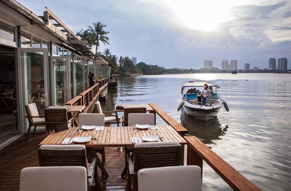 Khung cảnh lãng mạn của quán bar quận 2 thuộc hàng tốt nhất thế giới /// The Deck Saigon