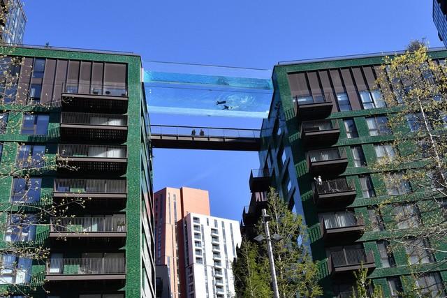 """Độc đáo, """"hồ bơi giữa trời"""" vắt ngang 2 tòa nhà ở London (Anh) - Ảnh 1."""