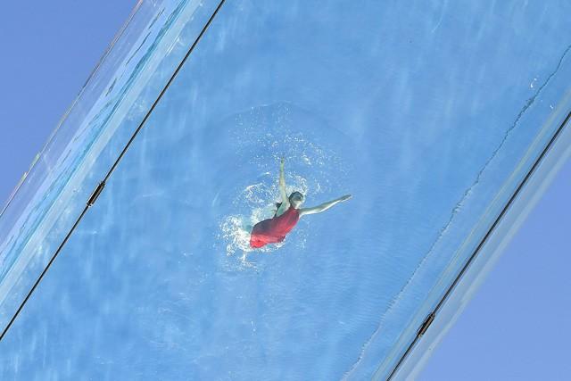 """Độc đáo, """"hồ bơi giữa trời"""" vắt ngang 2 tòa nhà ở London (Anh) - Ảnh 2."""