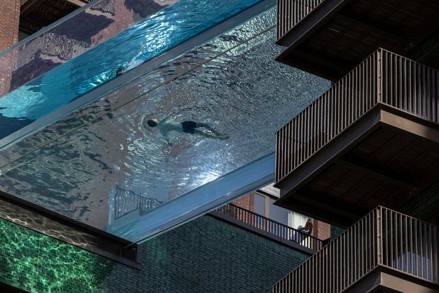 """Độc đáo, """"hồ bơi giữa trời"""" vắt ngang 2 tòa nhà ở London (Anh) - Ảnh 3."""