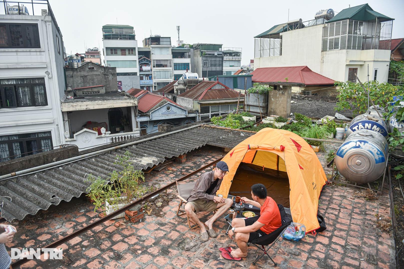 Thèm du lịch, giới trẻ đầu tư cắm trại tại gia: Chỉ ngắm nóc nhà vẫn vui - 1